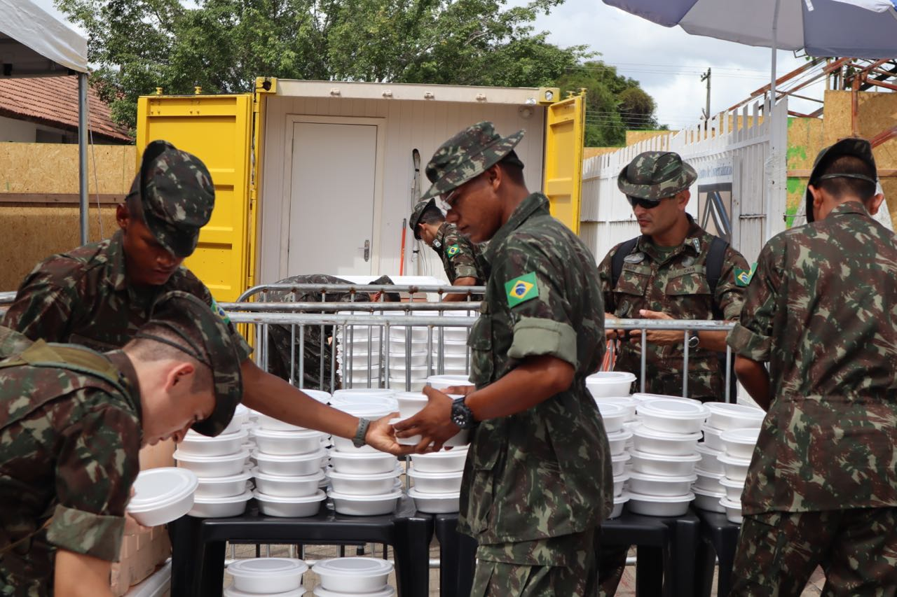 Army preparing to give out food in one of the transit shelters, Boa Vista.