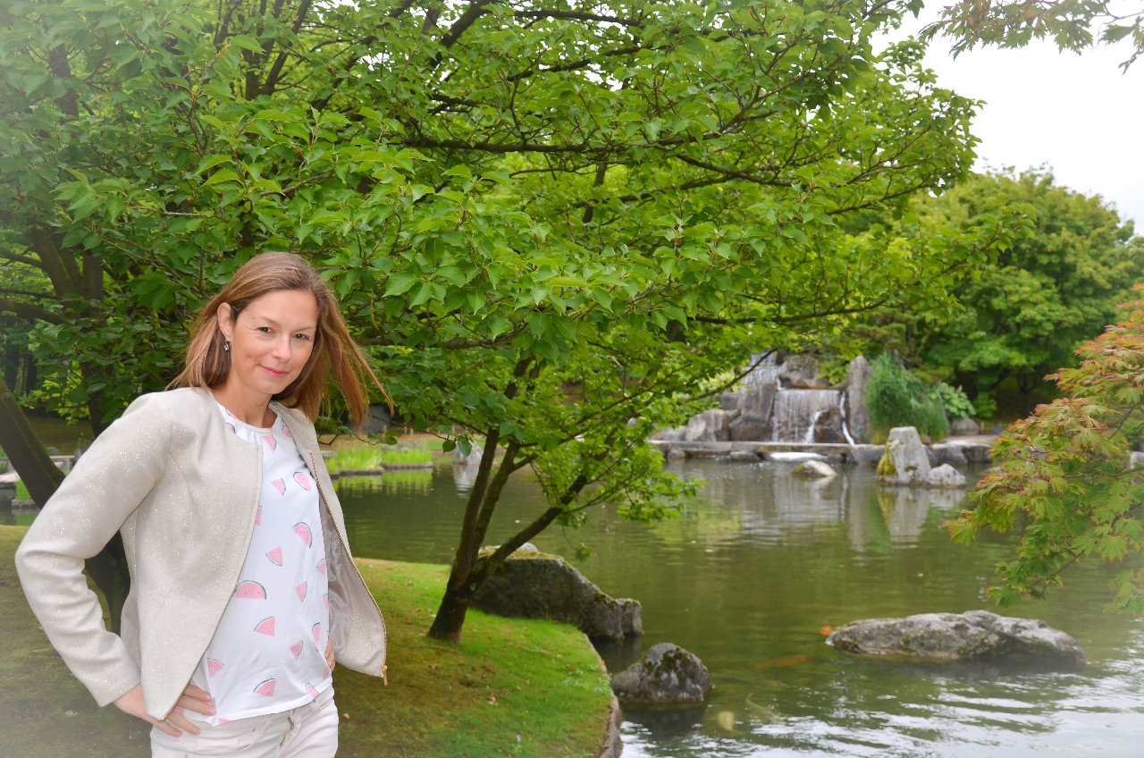 (English below) In het begin van de maand waren Steven en ik op weekend in Hasselt. We bezochten naast het stadscentrum ook de Japanse Tuin. Deze tuin is tot stand gekomen door een vriendschap tussen de stad Hasselt met de Japanse Stad Itami. De tuin is echt wel de moeite waard omdat hij is aangelegd door japanse professionals. Er staan talloze uitheemse planten, bomen, bloemen,... Door de watervalletjes en paadjes die door het water leiden, kom je helemaal tot rust in de tuin. De allermooiste periode om deze tuin te bezoeken is natuurlijk de bloesemtijd rond april. Dan staan alle bloesembomen in bloei met de mooiste roze bloesems.   www.visitlimburg.be