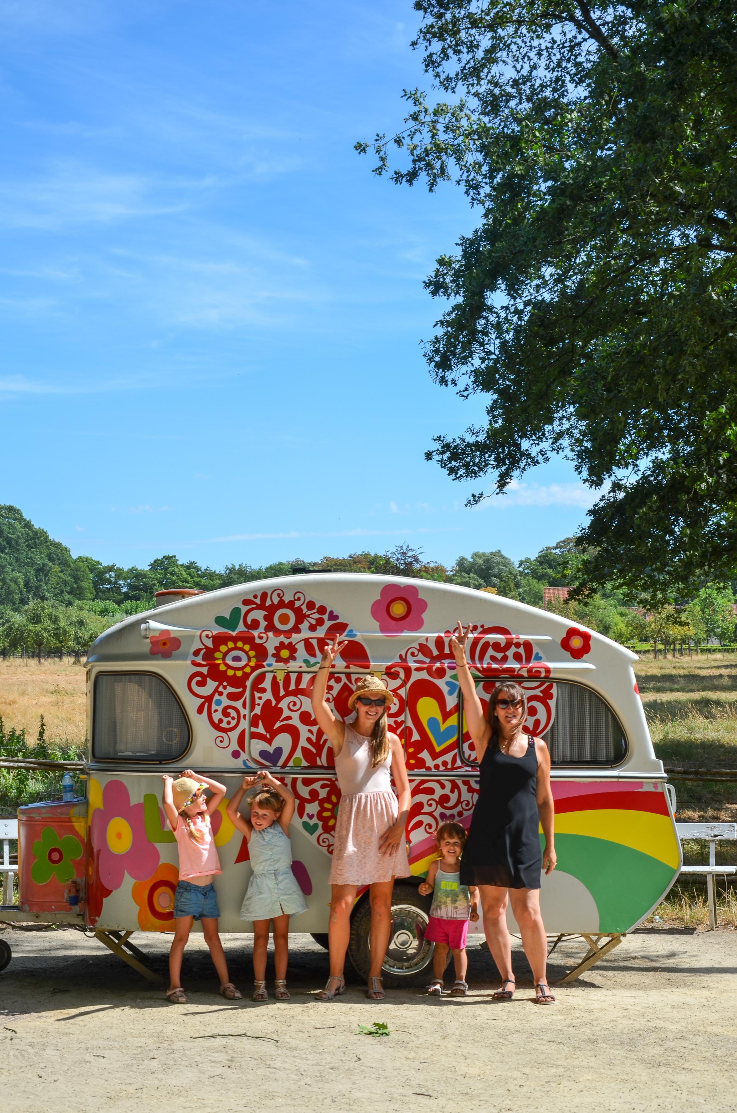Een superleuke kleurige caravan in 'The Sixties'