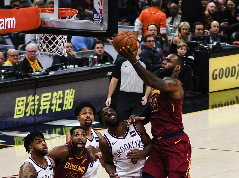 800px-LeBron_James_Layup_(Cleveland_vs_Brooklyn_2018).jpg