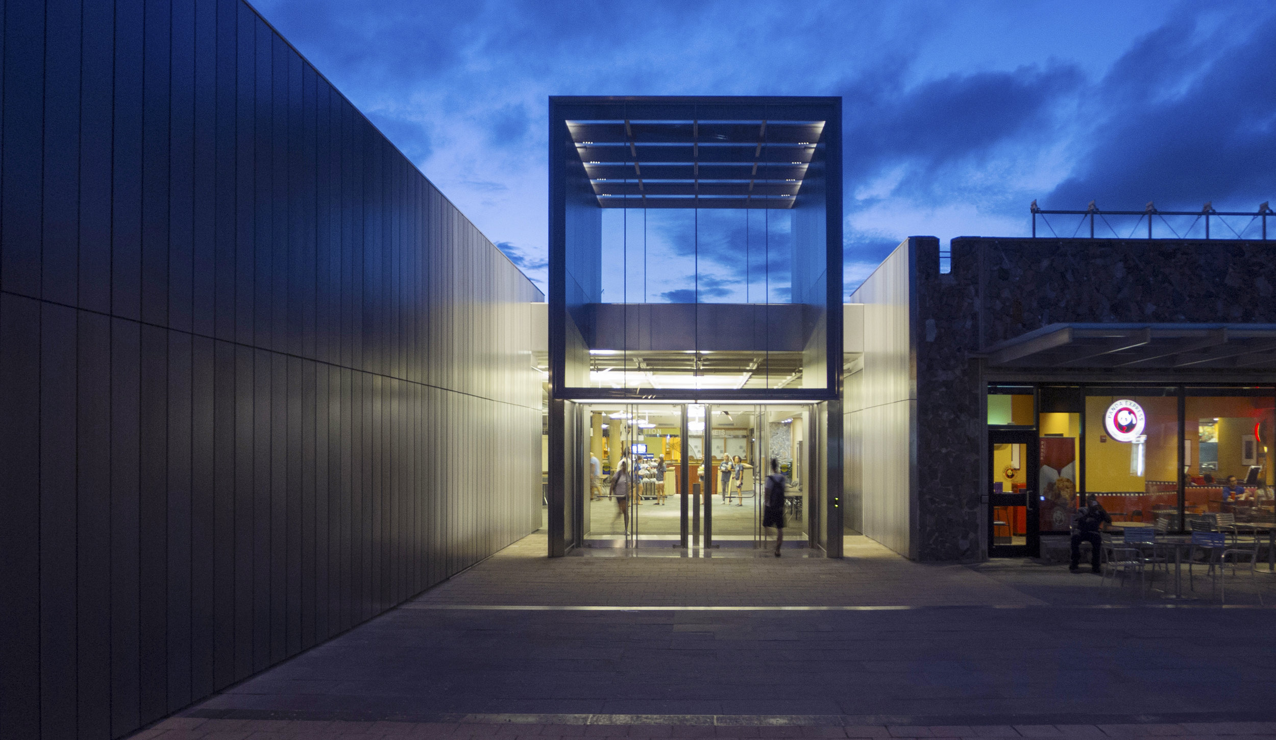 GLASS VOLUME PROVIDES VISIBILITY TO THE STUDENT CENTER ENTRY