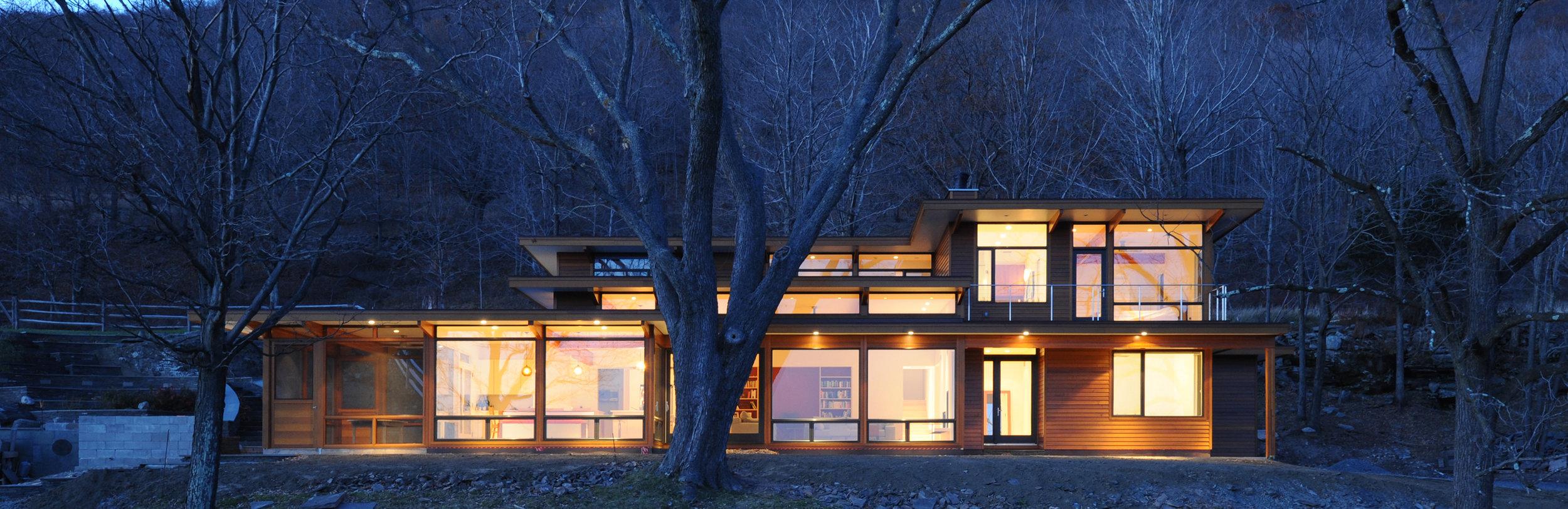 turkel_modern_design_prefab_home_reservoir_shokan_NY_exterior_night.jpg
