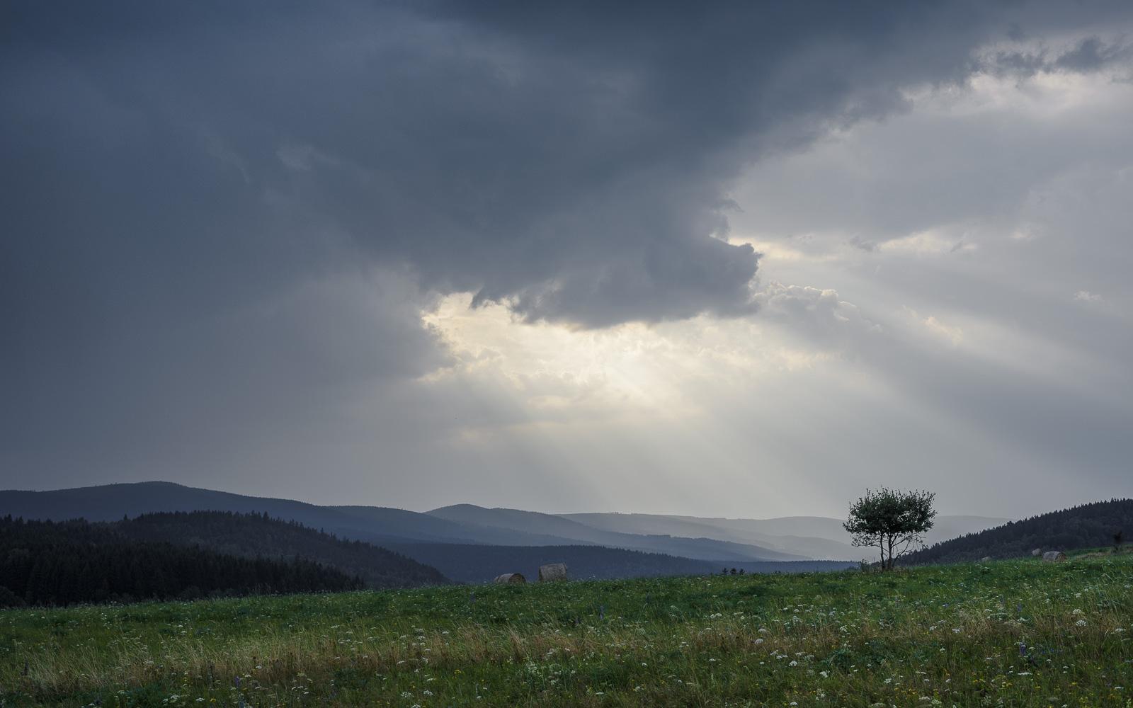 Zapowiadana burza przeszła bokiem. Jesienią będą tu ciężkie deszczowe chmury z pasmami opadów.
