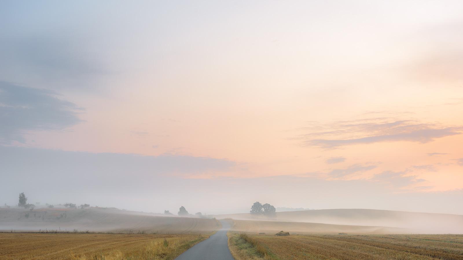 Przed świtem można pomarzyć o jesiennych mgłach. Na razie (sierpień) lekkie zamglenia zdarzają się lokalnie, po większych deszczach. Zdjęcie wykonane o świcie w okolicach Ścinawki.