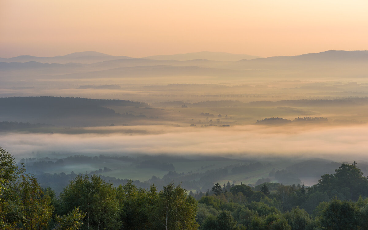 Pół godziny po wschodzie słońca można zajrzeć pod warstwę mgły. Powoli budzi się słoneczny, sierpniowy dzień.