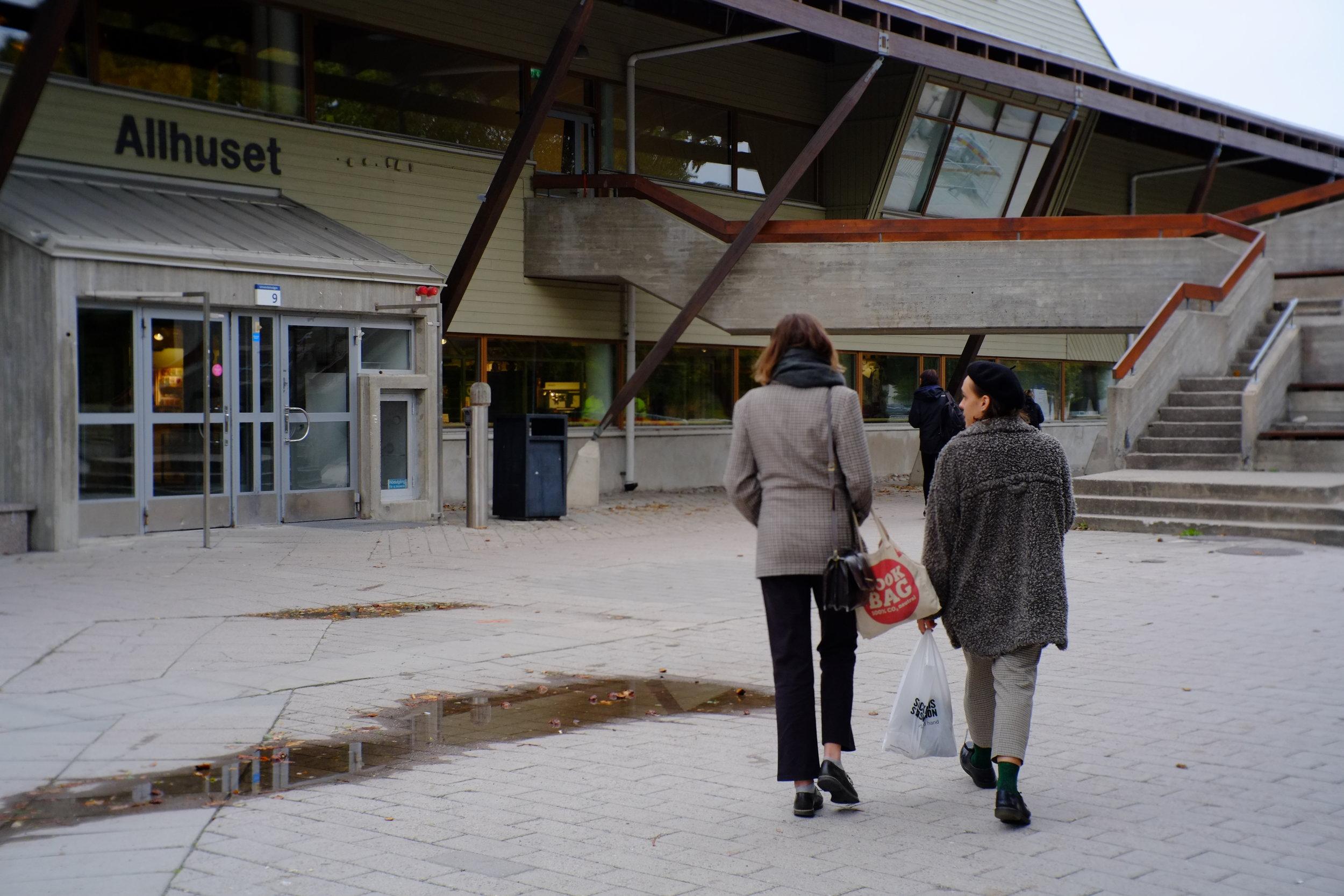 """""""Idag är den största andelen studenter kvinnor, de har ansvar för barn som behöver ammas. Och examinationsformen salstentamen om fem timmar kommer missgynna dessa kvinnor, på ett sätt som män med barn inte drabbas av."""" - – Anna Svanström, studentombud vid Stockholms universitets studentkår, SUS"""