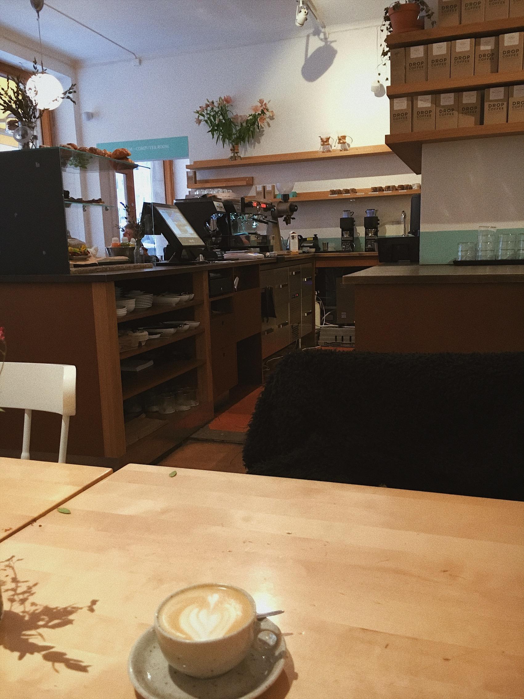 Drop Coffee, Wollmar Yxkullsgatan 10 - Mån-Fre: 08:30-18Lör-Sön: 10-18Bryggkaffe kostar 30-48 kr, cappuccino 40 kr.Flerfaldigt prisade för sina kaffebönor, baristakunskaper och latte-art med eget rosteri.Här är latten skummad till perfektion och cappuccinon så vältempererad att du kan hälla i dig den på en gång.Stilleben av samtida hipsterkultur och Södermalmskärna. Datorsal för slitande frilansare, dyrare mackor än vad CSN tillåter och stilmedvetna koppar. En tugga av hipstermetropolen Berlin.