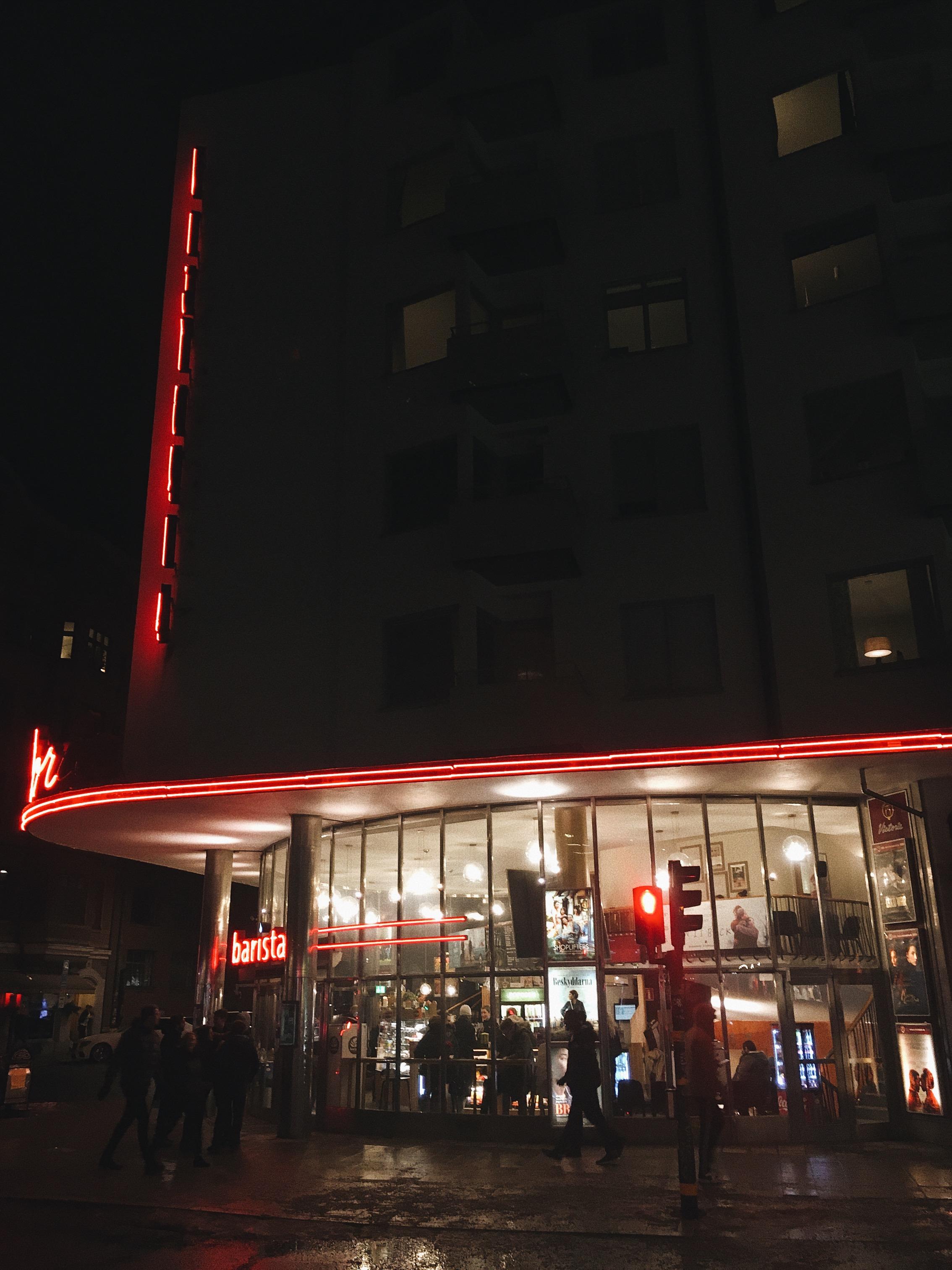 """Barista i Victoriabiografen, Götgatan 67 - Mån-Fre: 07:30-21:30Lör-Sön: 10-21:30Bryggkaffe 34-40 kr.Trängs med popcornhatande pensionärer och hippa baristor på stans trevligaste biograf. Kika ut genom fönster till väggar på Götgatans myller.Det bästa stället för en dejt! Går det bra kan du """"spontant"""" föreslå att gå på bio och se första bästa föreställning av vad som helst och går det dåligt kan du enkelt fly till närliggande gallerior eller Gröna Linjen. Alla får härma."""