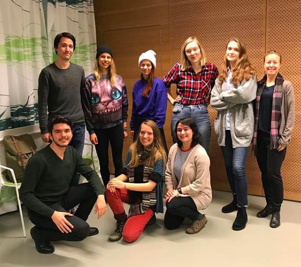 Fakta: Symbios - Symbios är en kårförening som funnits på Stockholms universitet sedan 1970. Gruppen är en del av Naturskyddsföreningen och anordnar workshops, föreläsningar, klädbytardagar, filmvisningar och panelsamtal för att bilda opinion och inspirera studenter att hjälpa miljön. Symbios påverkansarbete har bland annat bidragit till att det satts upp hyrcykelstationer på campus och att universitetet tagit beslut om att divestera, alltså sluta investera i fossila bränslen. Föreningen har idag omkring 20 aktiva medlemmar.Övre raden: Kenzo Franzén, Irena Koelemeijer, Lilla Nemeth, Josefin Nilsson, Mikaela Ehrlin, Eva Liljestrand. Nedre raden: Victor Ramos, Elsa Hede och Natalie Pelekh.