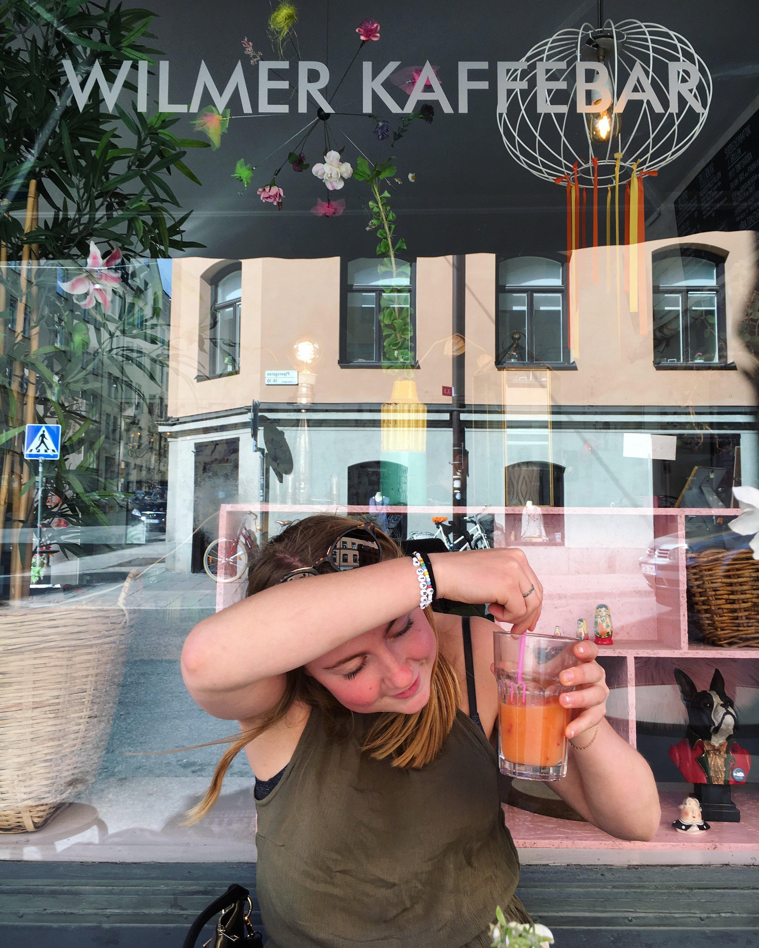 WILMER Kaffebar, Bergsgatan 30 - Mån-Fre: 08-18Lör-Sön: 09-17Bryggkaffe kostar runt 30 kr.Lätt distraherande ställe med hemtrevlig atmosfär.Jag vet inte om ni har en konstig moster med speciell inredningssmak men här kan ni få en sådan, i form av Wilmer Kaffebar. Spretiga tapeter, underliga prydnader och det ser ut som att sagda egendomliga moster spytt ut hela sin inredningsdröm på några kvadrat på Kungsholmen. Går faktiskt inte helt att förklara, måste upplevas på plats.