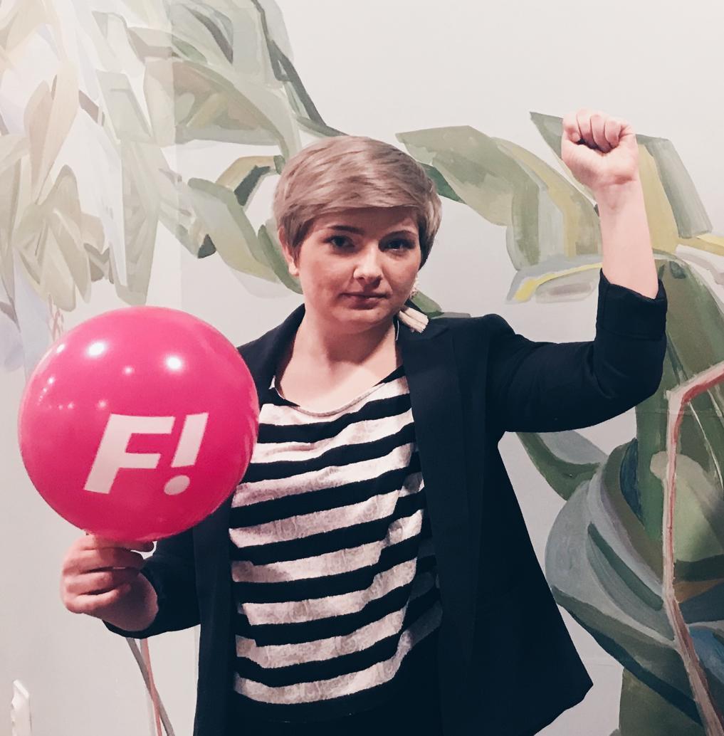 F! #2 Lina Johansson - Hur gammal är du?Jag fyller 30 på dagen för EU-valet. Jag tycker alla ska ge mig i present att rösta på F! då.Vad studerar du på SU?Matematik 1Vilka politiska meriter har du?Jag var justerare för protokollet för F! Stockholms årsmöte 2019. Jag är alltså politisk nybörjare, men också ordförande för F! studenter här på SU, vilket jag, om jag får säga det själv, sköter mycket bra.Vilken är den viktigaste kårpolitiska frågan enligt digNolltolerans mot sexuella trakasserier. Det är orimligt att vi ens behöver ha med detta som en fråga 2019. Alla ska kunna känna sig trygga på sin arbets- eller studieplats. Och överallt för den delen!Varför har du valt att engagera dig i kårvalet i år?För att SU behöver en feministisk kår igen. Ett år utan F! i fullmäktigen märks.Vad gör du om 10 år?Jobbar som forskare i genusvetenskap. Helst här på SU!