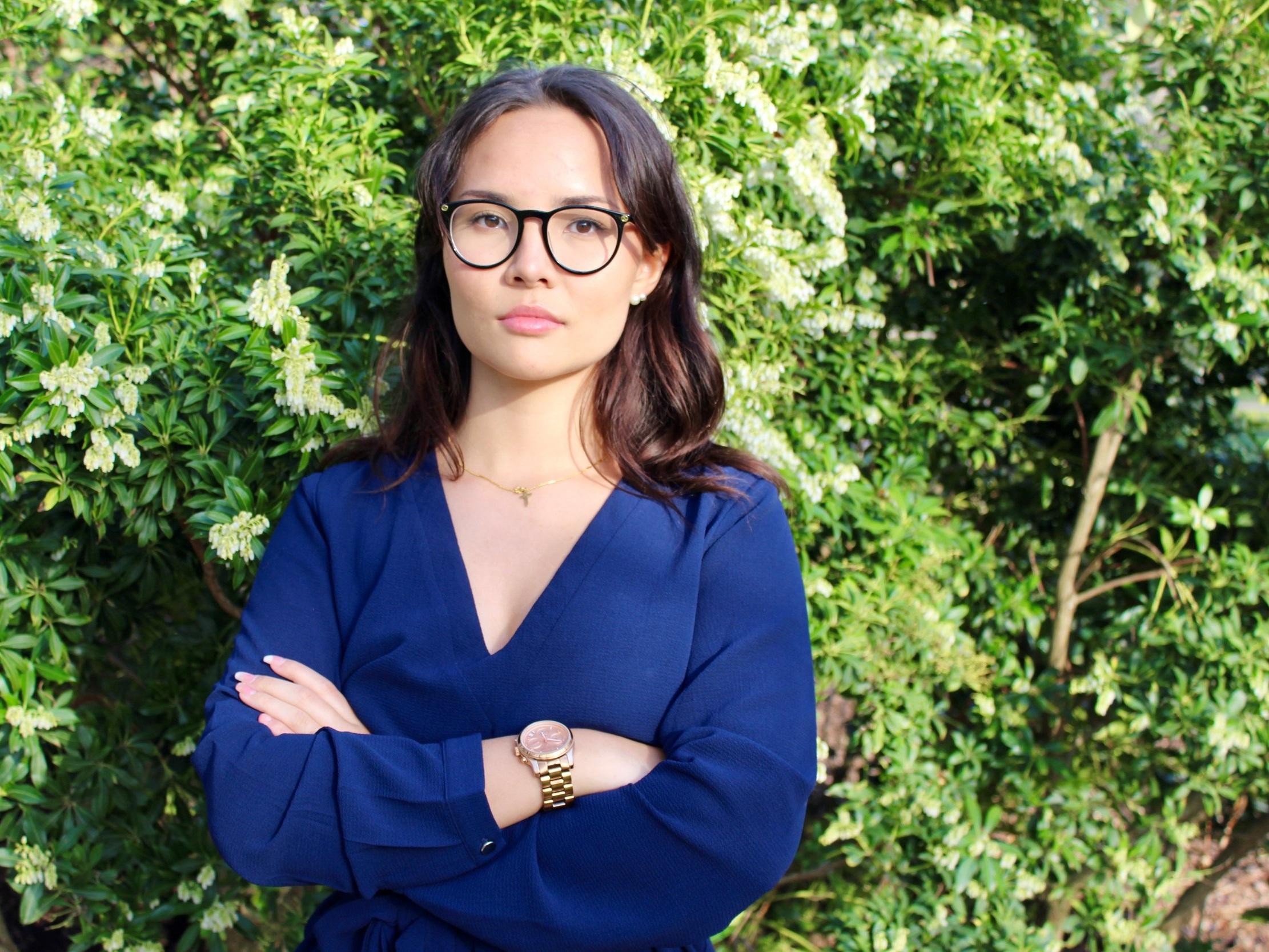 Anna Hallbom (Luf), 18 år - Varför kandiderar du till EU-valet?– Jag ska vara ärlig. Jag kandiderar till EU-valet, mest för att bygga förtroende och tillit till mitt namn till kommande val. Chansen är liten att jag hoppar in i parlamentet som 18-åring, och jag tror inte att jag som 18-åring skulle kunna göra det heller. Det är väldigt ansträngande och krävande. Men jag kandiderar till EU-valet för att jag tror på mer samarbete för att lösa problem, inte mindre samarbete. Jag tror på Liberalerna och allt vi står för!Vilka är era viktigaste frågor i EU-valet?– Klimat, mer samarbete och säkerhet. Det tycker i alla fall jag är viktigast i detta valet!Hur ska ert parti vinna EU-valet?– Att vi är tydliga med att vi säger ja till EU. Inte nja. Inte nej. Utan ja! Vi är också kanske Sveriges mesta (bästa) parti i eu-frågor.
