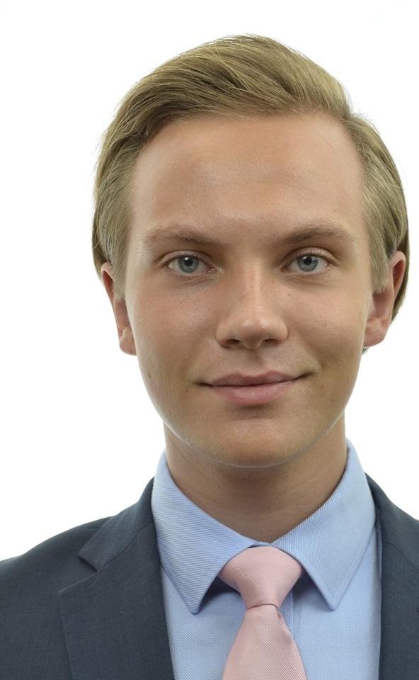 Tobias Andersson (Ungsvenskarna SDU), 23 år - Varför kandiderar du till EU-valet?– Jag kandiderar för att mycket av det som styr och reglerar våra liv här i Sverige beslutas på EU-nivå. Om jag blir invald får jag en möjlighet att både påverka de besluten och försöka ta tillbaka stora delar av den beslutandemakten till Sverige där den hör hemma.Vilka är era viktigaste frågor i EU-valet?– Det absolut viktigaste är att banta EU. Svenska skattemedel måste värnas och i en tid då vi har stora brister i välfärden och otryggheten sprider ut sig i samhället kan vi inte acceptera att våra pengar slösas bort av EU. Därför måste vi säga nej till de ytterligare 15 miljarderna EU vill att Sverige betalar samtidigt som vi minskar EU:s redan existerande budgetramar och investerar de pengarna i Sverige istället. Sedan måste vi göra en tydlig avgränsning kring vad EU sysslar med, EU borde fokusera på handel, klimat och brottsbekämpning men lämna resten av beslutande makten till respektive medlemsstat.Hur ska ert parti vinna EU-valet?– Vi ska vinna valet genom att visa på en bred och nyanserad politik som tydliggör att vi både älskar Europa och är kritiska till EU som det ser ut idag. Genom att slå vakt om svenskt självbestämmande och värna om svenska skattemedel kan vi tilltala alla de väljare som förvisso tycker att Sverige ska vara kvar i EU men som ändock ser de brister som idag präglar unionen.