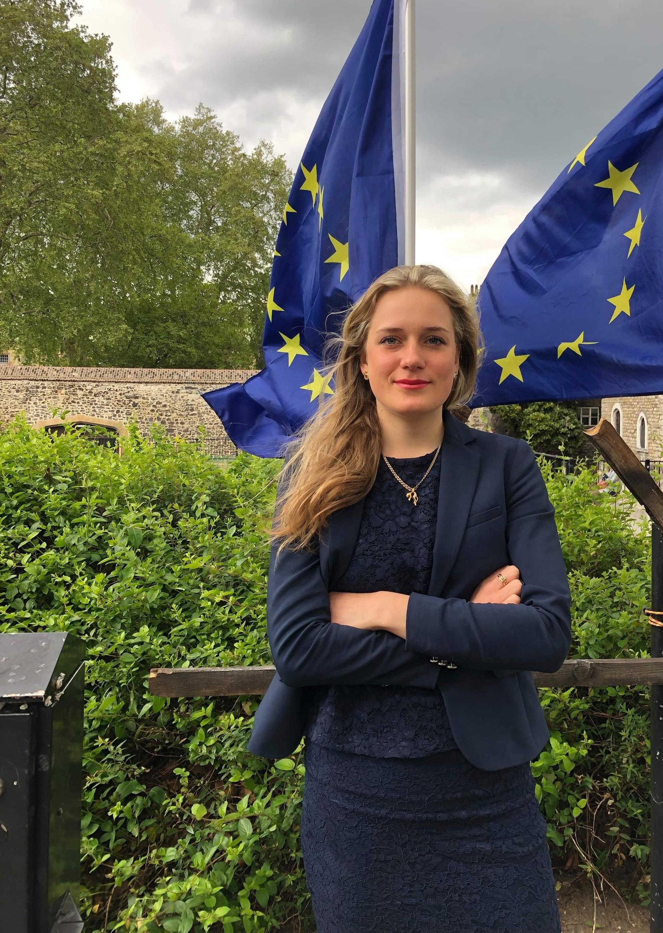 Lovisa Kronsporre (Centerpartiet), 21 år - Varför kandiderar du till EU-valet?– Jag kandiderar för att jag tror på ett hållbart och stabilt Europa som tar ansvar för klimatet, vår gemensamma trygghet och bättre villkor för våra bönder för ett mer hållbart jordbruk. Som student värnar jag självklart också den fria rörligheten och den möjlighet som studier utomlands via Erasmus ger.Vilka är era viktigaste frågor i EU-valet?– Centerpartiet arbetar aktivt för sund och säker mat i hela Europa. Vi måste minska användningen av antibiotika och verka för högre djurvälfärd i EU. Detta är viktigt för att stärka svenska bönders konkurrenskraft och för att motverka och minska risken för antibiotikaresistens. Vi tar också kampen mot högerpopulismen som sveper över världen och är en liberal motkraft till dessa aggressiva strömningar. En annan högt prioriterad fråga för Centerpartiet är miljö och klimatfrågan. Vi vill att EU ska ställa betydligt tuffare miljökrav och vi kommer driva på för att Europa tar ett större ansvar i arbetet med att minska utsläppen av växthusgaser.Hur ska ert parti vinna EU-valet?– Vi vinner valet genom vår tro på att tillväxt går att kombinera med en hållbar miljö. Vi visar tydligt att vi står upp för medmänsklighet och framtidstro och att vår röst behövs i europaparlamentet. Centerpartiets Frederick Federley har levererat på många områden som fört EU framåt, något som han kommer fortsätta att göra. Vi vill vinna EU-valet för att bli fler centerpartister som kan bidra i detta goda arbete och fortsatt tydligt visa på att vi gör skillnad i EU.
