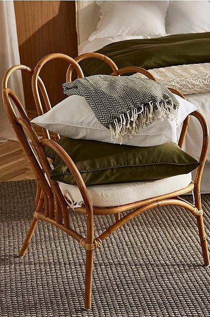 2. Nya charmiga former - I höst låter vi gärna möbler och dekorationsföremål med annorlunda former stå i strålkastarljuset. Kombinera enkla möbler med dekoration i klumpiga, kantiga och handgjorda material och signaturmöbler i annorlunda och charmiga former. Blandningen mellan udda och enkla former ger rummet karaktär och personlighet. Utstickande möbler och prydnader skapar dessutom ett naturligt blickfång.