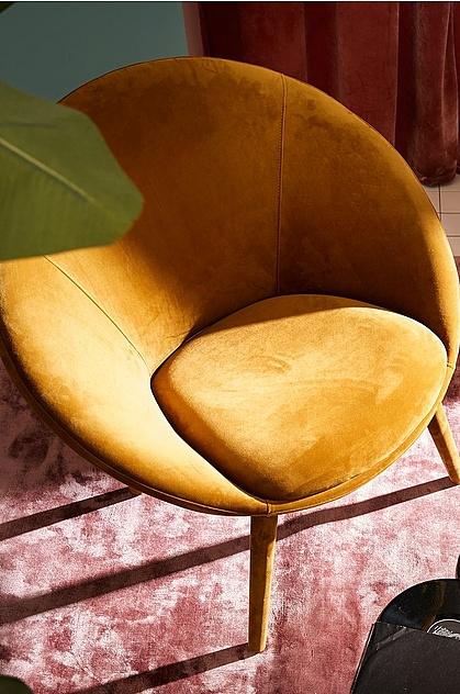 3. Starka accenter - Att med färg ge rummet lite extra karaktär är en av höstens tydligaste trender. Välj en färg som tydligt bryter av med andra färger i rummet, gärna på en möbel som vanligtvis väljs i mer neutrala färger. En fåtölj, soffa, eller varför inte en matta? Att just låta mattan ta plats i rummet är något vi kommer se allt mer av framöver och i höst får mattan gärna vara både färgglad och mönstrad.
