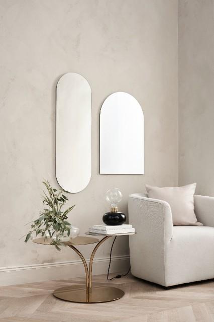 6. They do it with mirrors - Det finns många sätt att få ett rum att upplevas större. Ett tips är att inreda med speglar. Speglar lurar betraktarens ögon och får rummet att upplevas som större. Det är både en snygg och praktisk inredningsdesign - varför inte göra en hel spegelvägg med speglar i olika utföranden?Ett annat viktigt tips är att se till så att gardinerna sträcker sig från golv till tak, det ger rummet mer volym. Ljusa färger och ordentlig belysning får rummet att upplevas mer luftigt. Och, viktigast av allt, se till att ha bra förvaringsmöbler (gärna skymd förvaring) så att inte rummet upptas av prylar. Mycket prylar får rummet att kännas trångt och plottrigt.