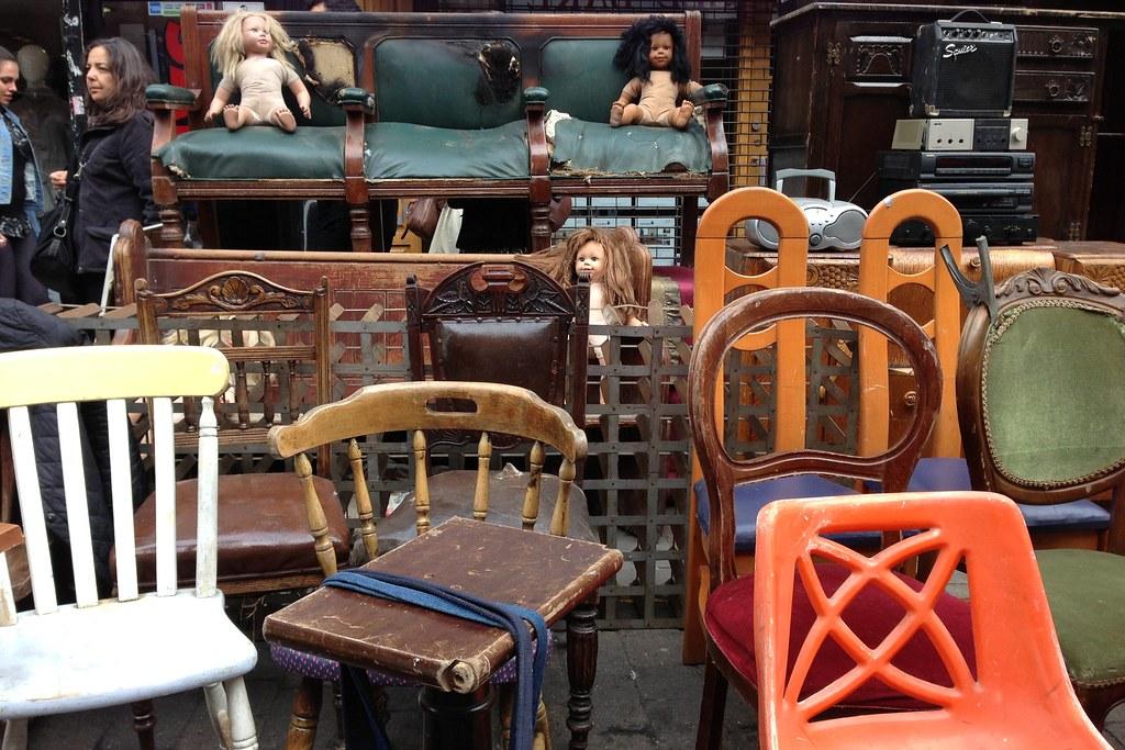 7. Möbler med en berättelse - Återigen är begagnade möbler din bästa vän och loppisar din guldgruva. När man vill hitta unika möbler till en relativt billig peng hamnar man ofta andrahandsmarknaden. Ta en tur i äldre släktingars förrådsutrymmen, kanske kan du rädda en möbel som inte används och ge den nytt liv. Eller fynda på en loppis - kanske hittar du stolar producerade av en klassisk, numera nedlagd, fabrik eller en gustaviansk byrå.