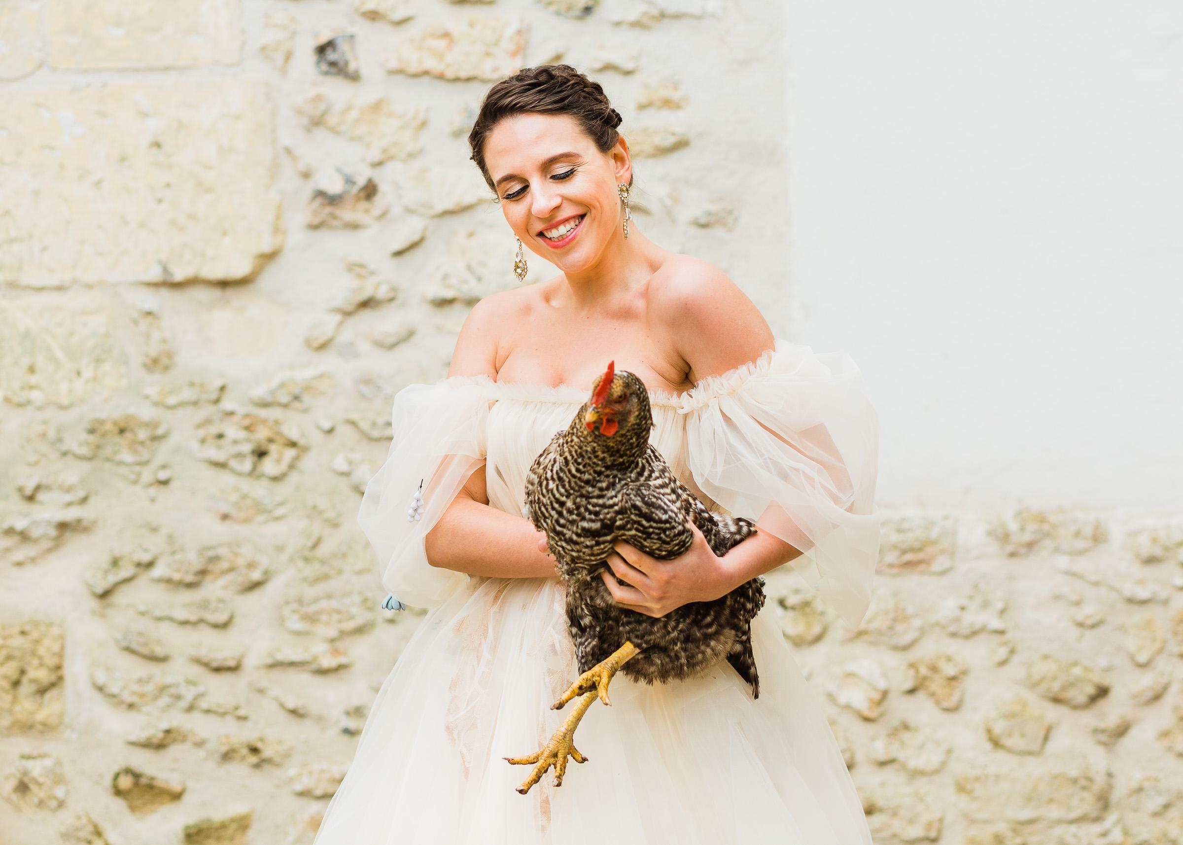 Portretfotografie moderne portret bruid met een kip boerderij by Birense Fotografie.jpg