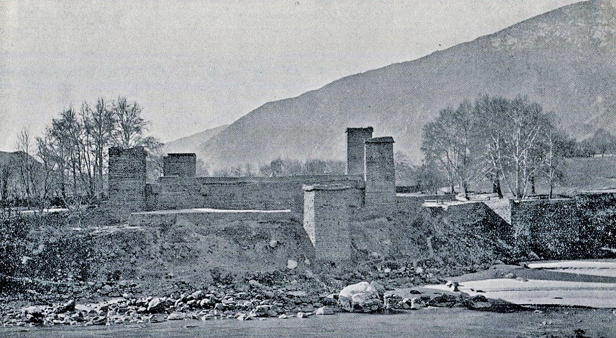 View_of_the_Chitral_Fort_from_across_the_river.jpg