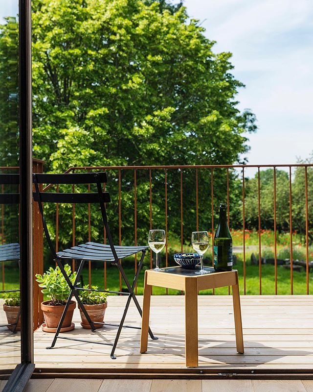 Afternoon drink on the balcony of the studio.⠀ @carolinaromarephotography  #gramsgård #gramsgard #visitskåne #visitösterlen #österlen #visitsweden #simrishamn #balticsea #skåneleden #stfturist #schweden #afternoondrink #balcony
