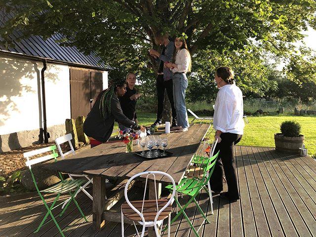 Preparing for an evening meal under the linden tree.⠀ ⠀ #gramsgård #gramsgard #visitskåne #visitösterlen #österlen #visitsweden #simrishamn #balticsea #skåneleden #stfturist #schweden #lindentree
