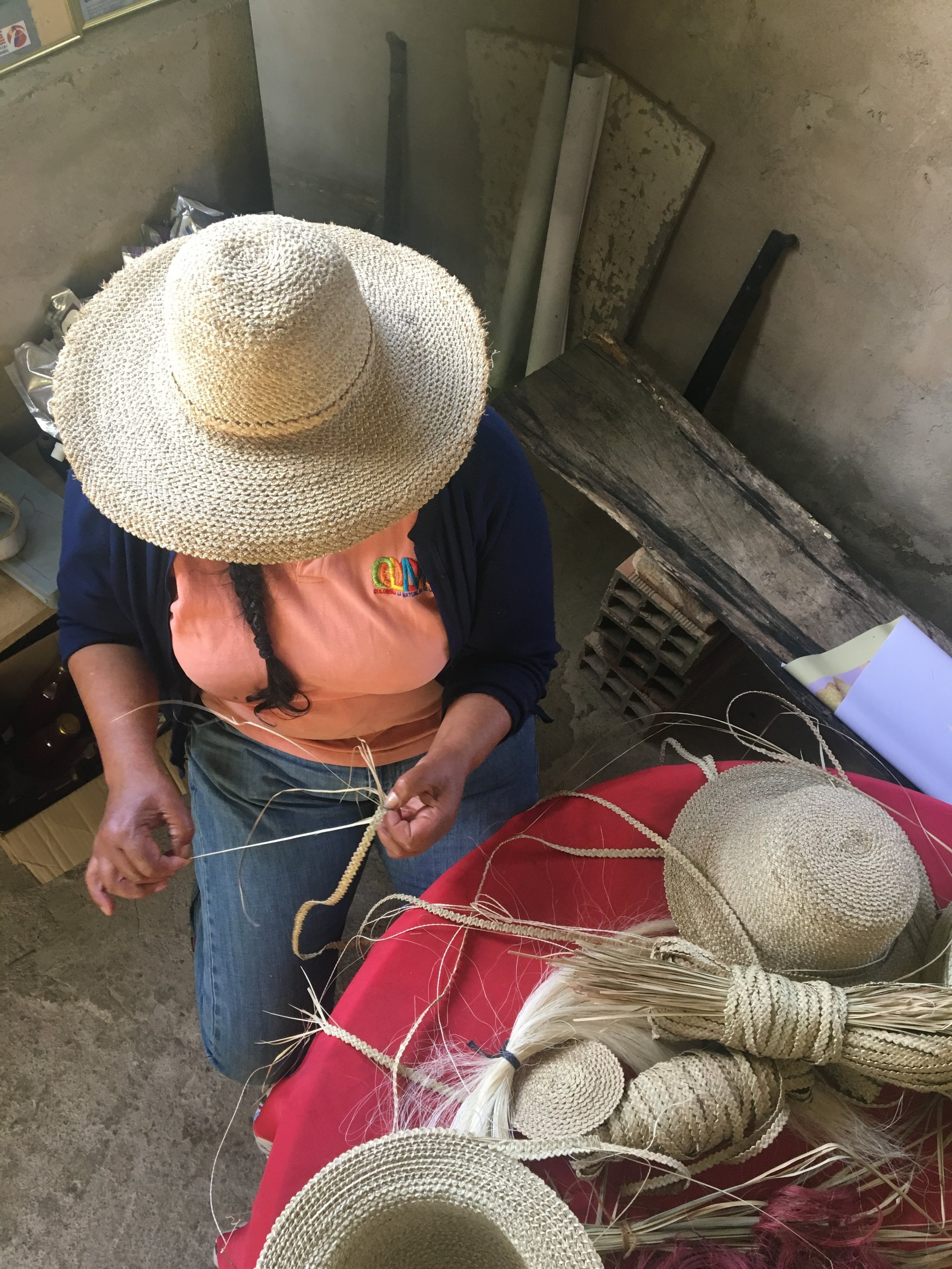 Alba, weaving a new hat with fique and palmicho   fibers.