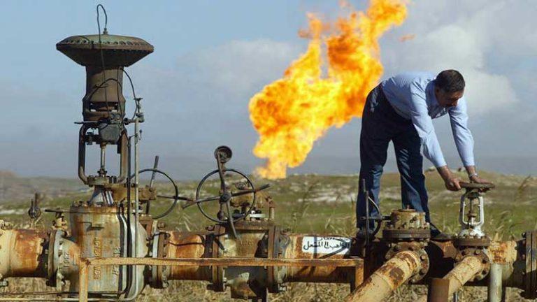 Photo: A worker in an oil field in Kirkuk