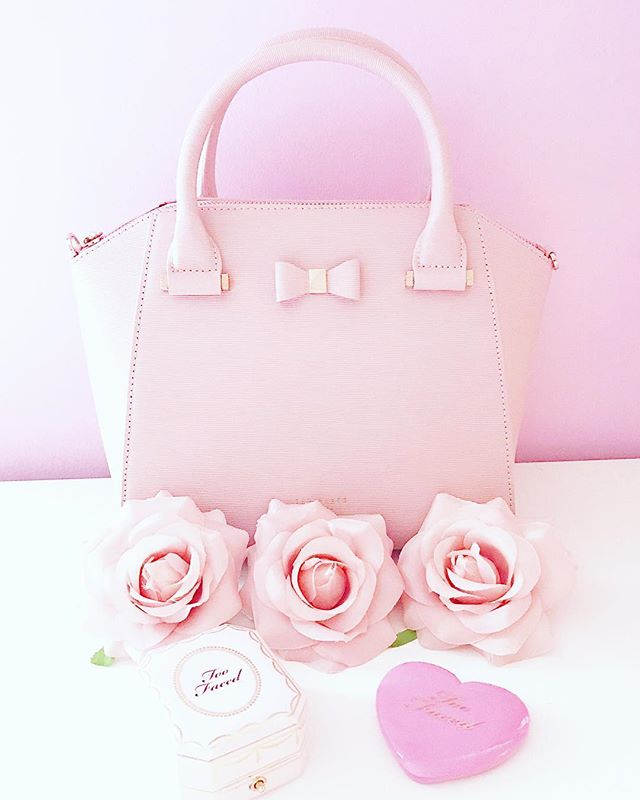 Meet my new baby, who came in just in time for today's girls day out! 😍 I've wanted a Ted Baker bag for so long, and this is everything I've ever wanted in a purse. This is literally me in a purse; you just can't go wrong with pink and bows! What is your favorite designer brand? Mine is Ted Baker, of course! 🎀 . . . #pink #girly #allthingsgirly #princess #pastel #bloggersofinstagram #pinkflowers #roses #beautyblogger #fblogger #bloggergram #flatlay #makeupflatlay #girlythings #girlystuff  #princessstyle  #pinklife #pinkworld #lovepink #pinktheme #lifestyleblogger #toofaced #toofacedcosmetics #tedbaker #designer #highend #designerpurse #tedbakerbag