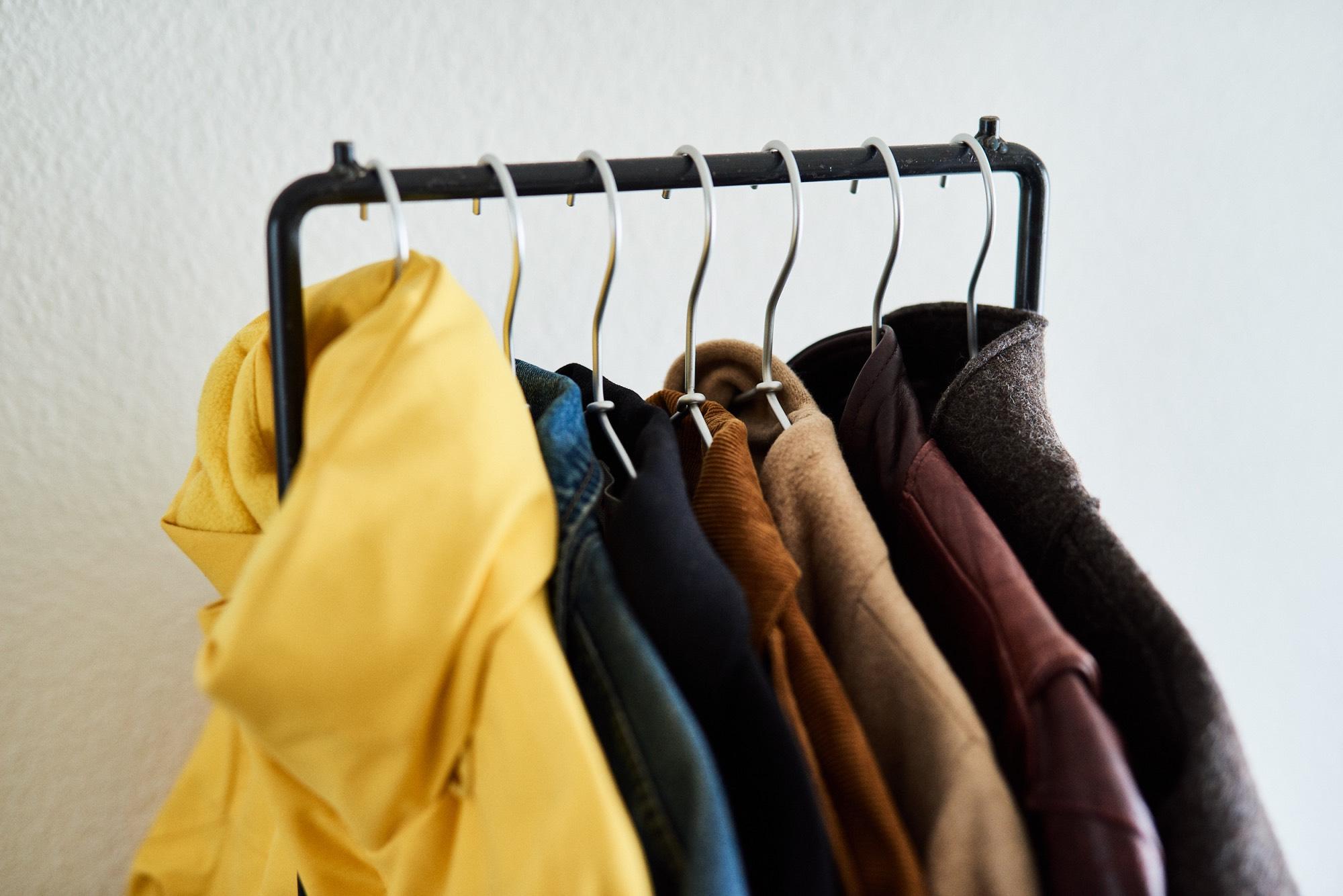 厚手アウターは7〜8着前後。ちなみにVETEMENTS(ヴェトモン)の黄色JKTはアウターの2着分くらいの厚み有り。。