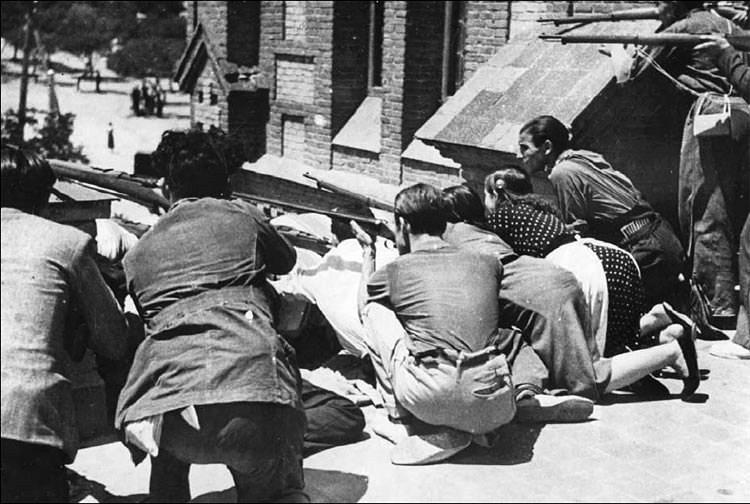 MILICIANOS/AS EN EL TEJADO DE LA IGLESIA SANTA CRISTINA (19 DE JULIO DE 1936). ARCHIVO CNT