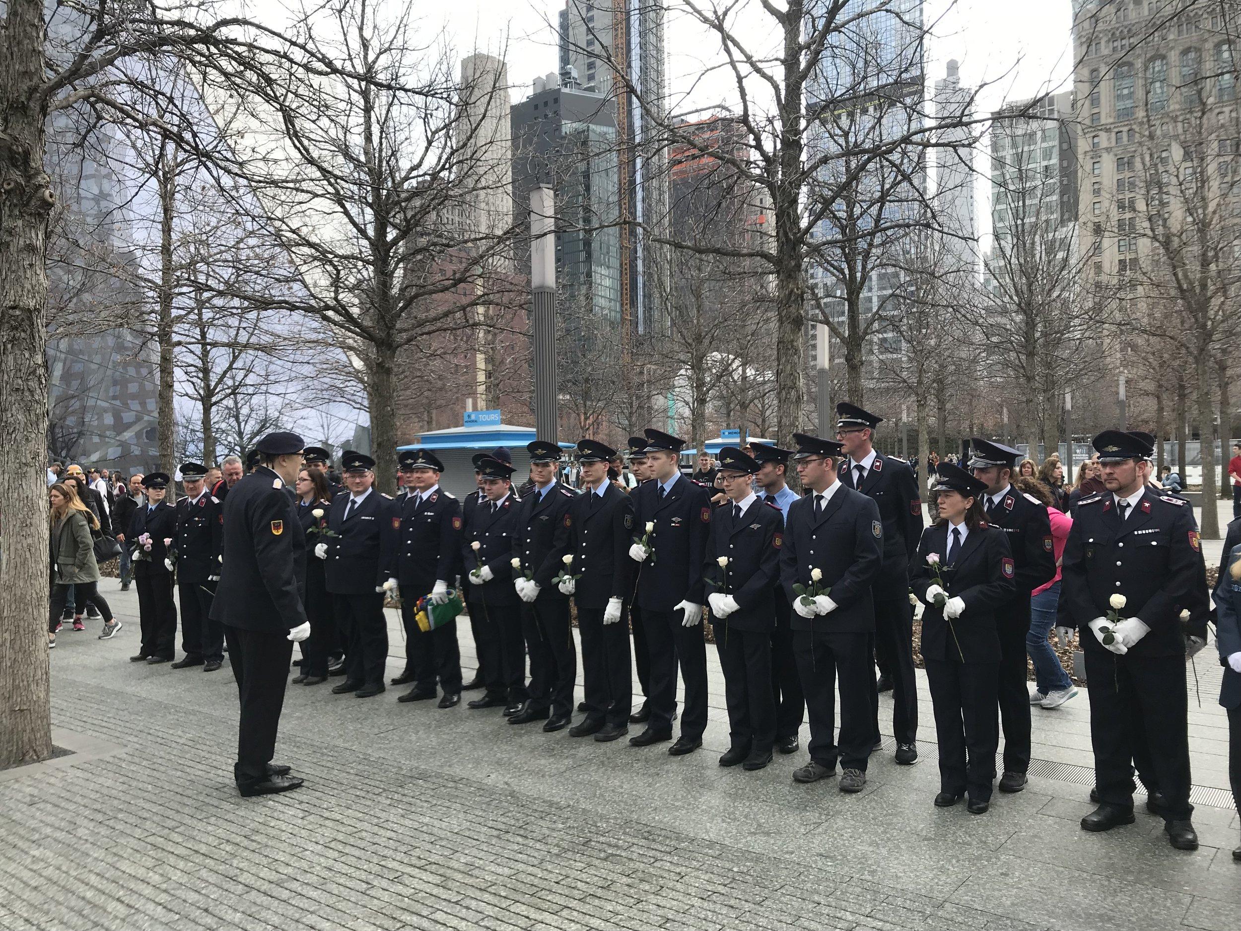 Schweigeminute für gefallene Kameraden vor dem 9/11 Memorial am Ground Zero  📸: Juergen Rudolph