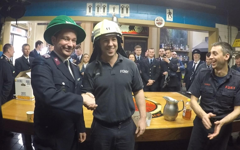 Übergabe eines Leipziger Helmes als Geschenk an die Kameraden der Feuerwehr New York  📸: Clamor Sachtler