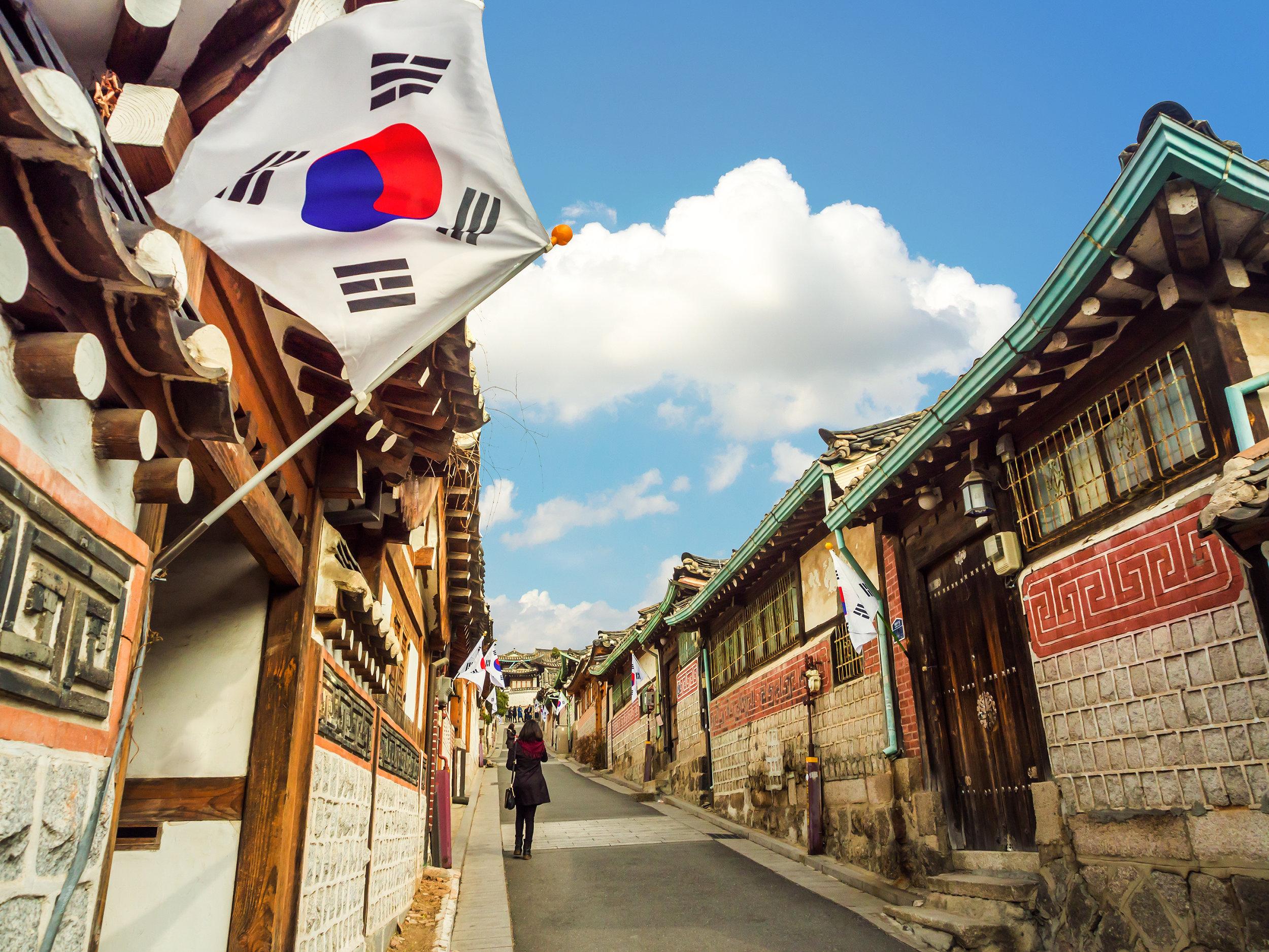 uliczki-zabytkowej-dzielnicy-bukchon-w-seulu-wygladaja-jak-przed-wiekami-ale-dzis-hanoki-czyli-tradycyjne-domy-mieszcza-najczesciej-hotele-i-restauracje.jpeg