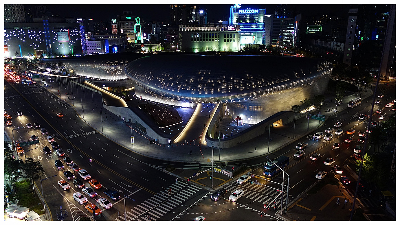 Dongdaemun_Design_Plaza_(DDP)_at_Night,_Seoul.jpg