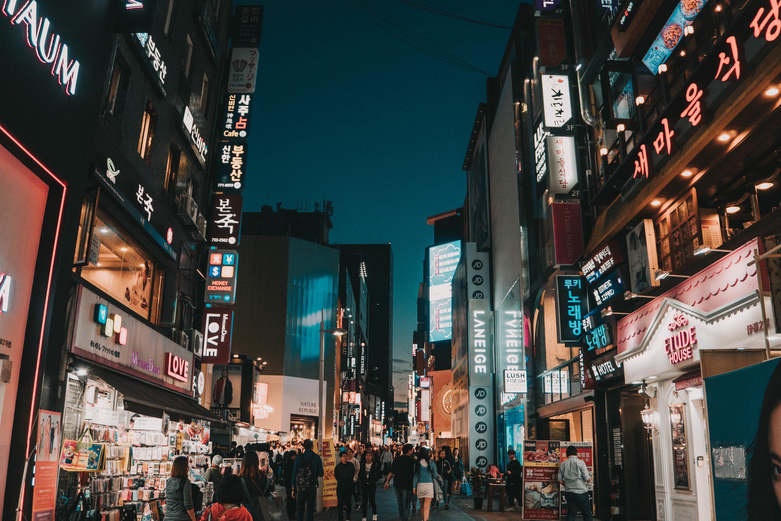 - تعد كوريا الجنوبية في المرتبة الثالثة عشر في ترتيب أهم الوجهات السياحية في العالم، و يزور كوريا سنويا حوالي 14 ملايين سائح لجمالها وطبيعتها الخلابة. ويوجد في كوريا الكثير من المناطق الطبيعية والأثرية والجزر الخلابة والأسواق الشعبية والحضرية والعالمية . وتقوم هيا كوريا بتنظيم الرحلات السياحية بمواسمها الأربعة مع السكن والمواصلات.