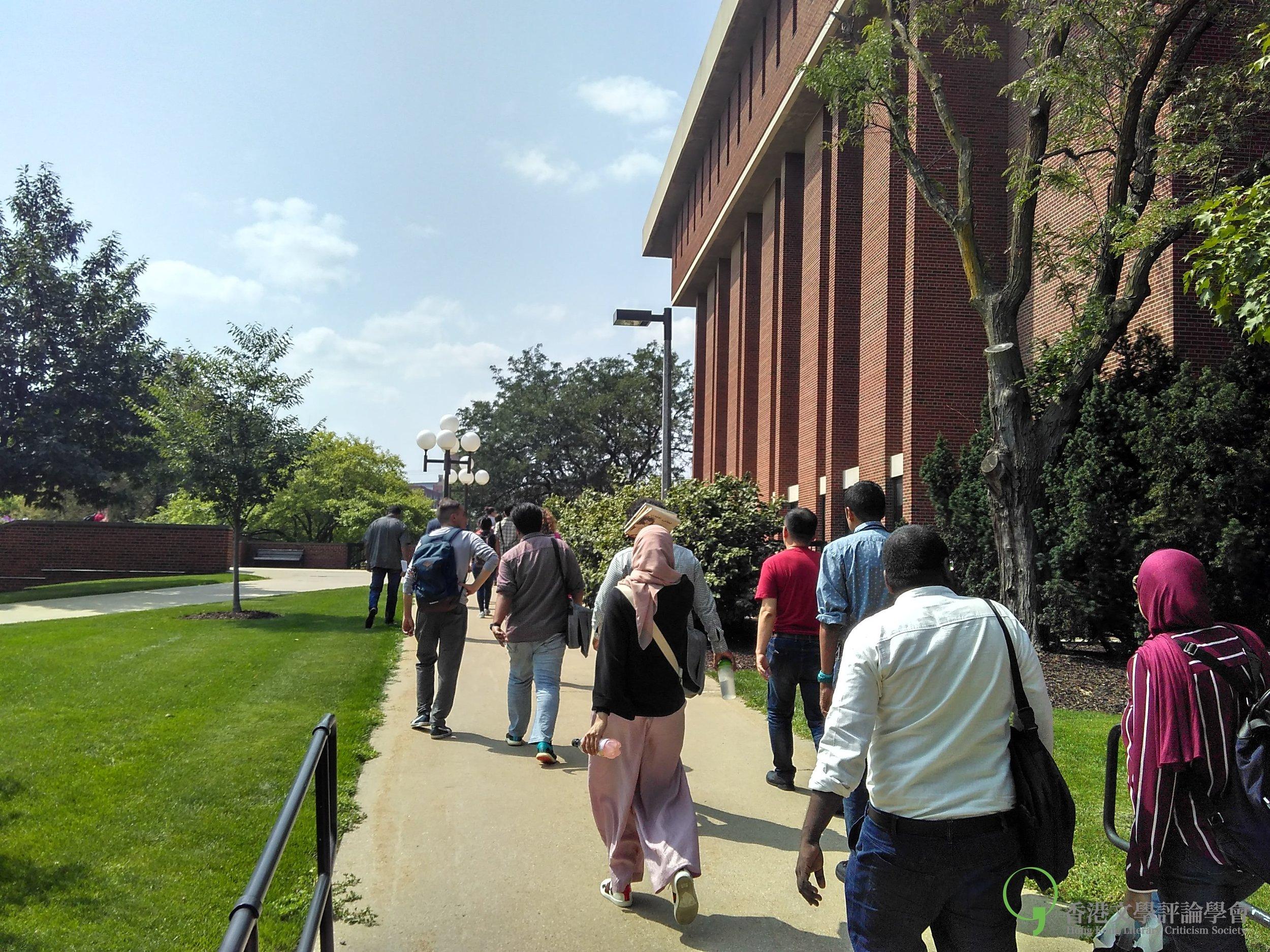 作家們在愛荷華大學圖書館外