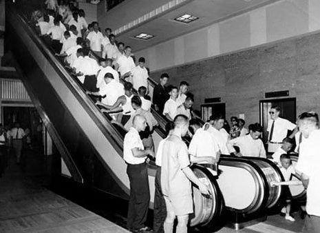 1957年中環的萬宜大廈裝設了香港第一個電動扶梯 (圖片來源:網絡)