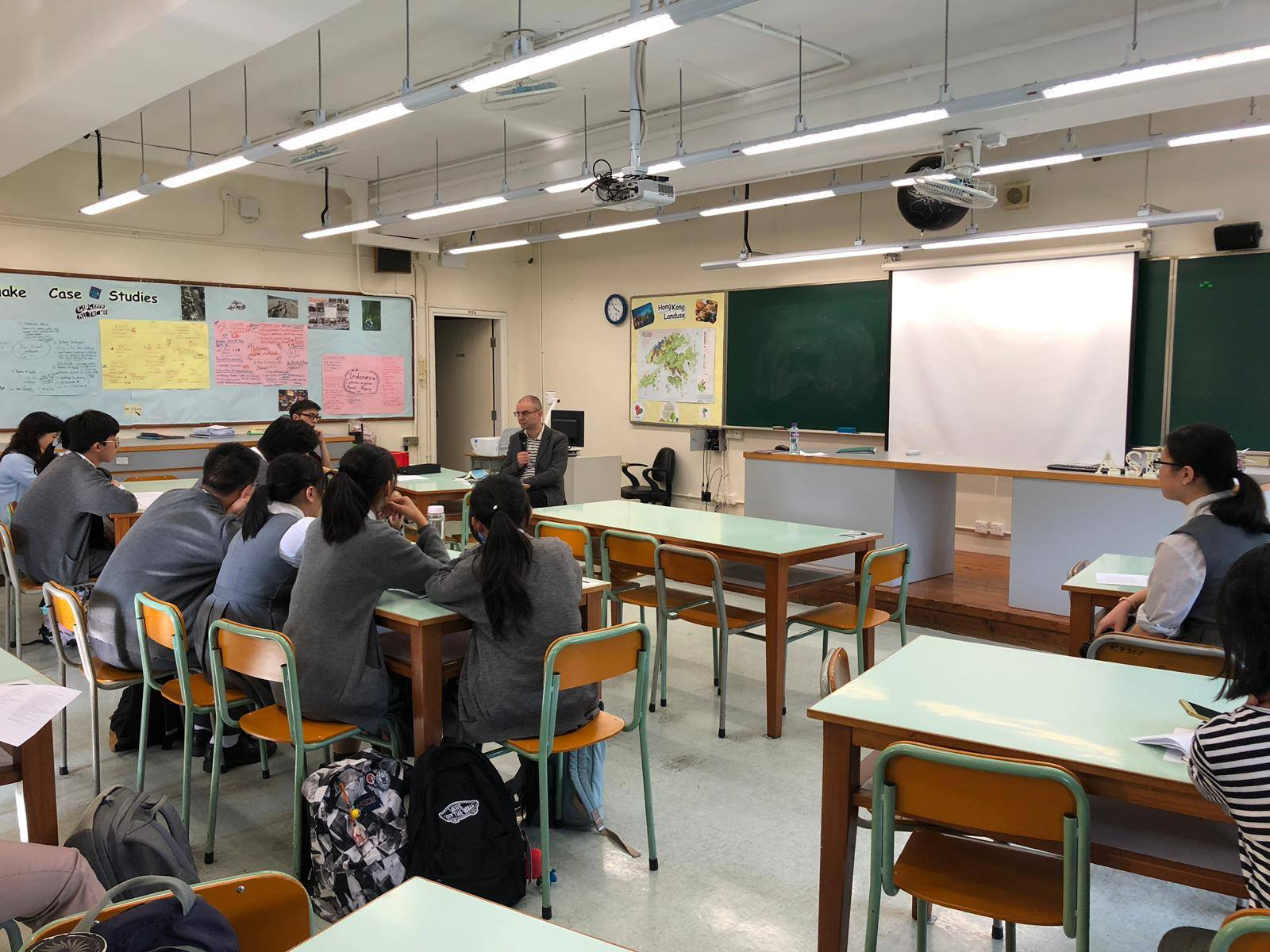 馬其頓詩人到校與學生對話。