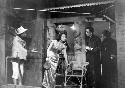 由夏衍撰寫劇本的《上海屋簷下》劇照