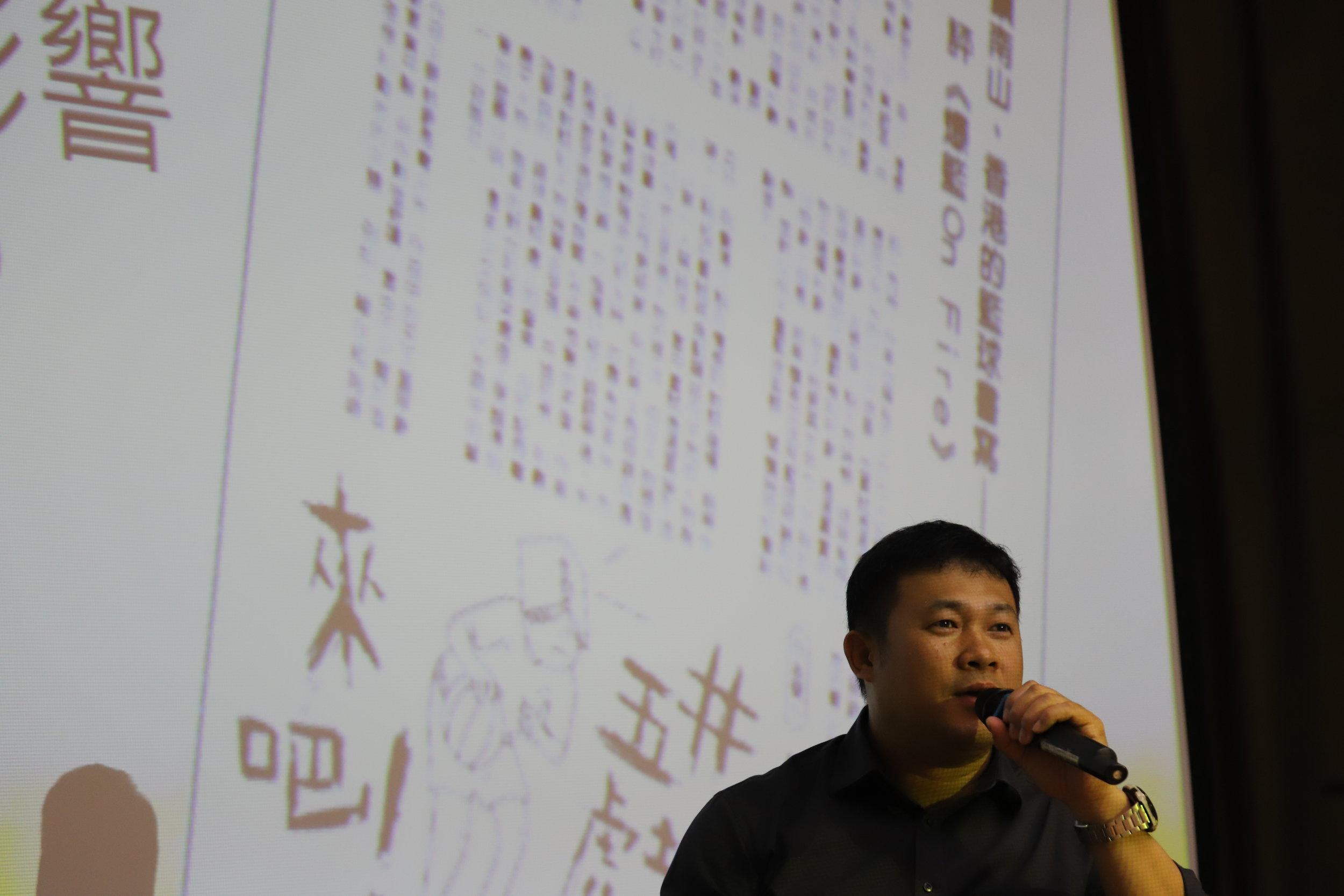 殷培基老師在自己任教的中學回答書評人的質詢。