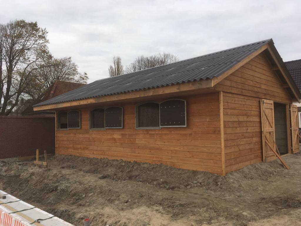 Betonbouw paardenstal met golfplaten dak