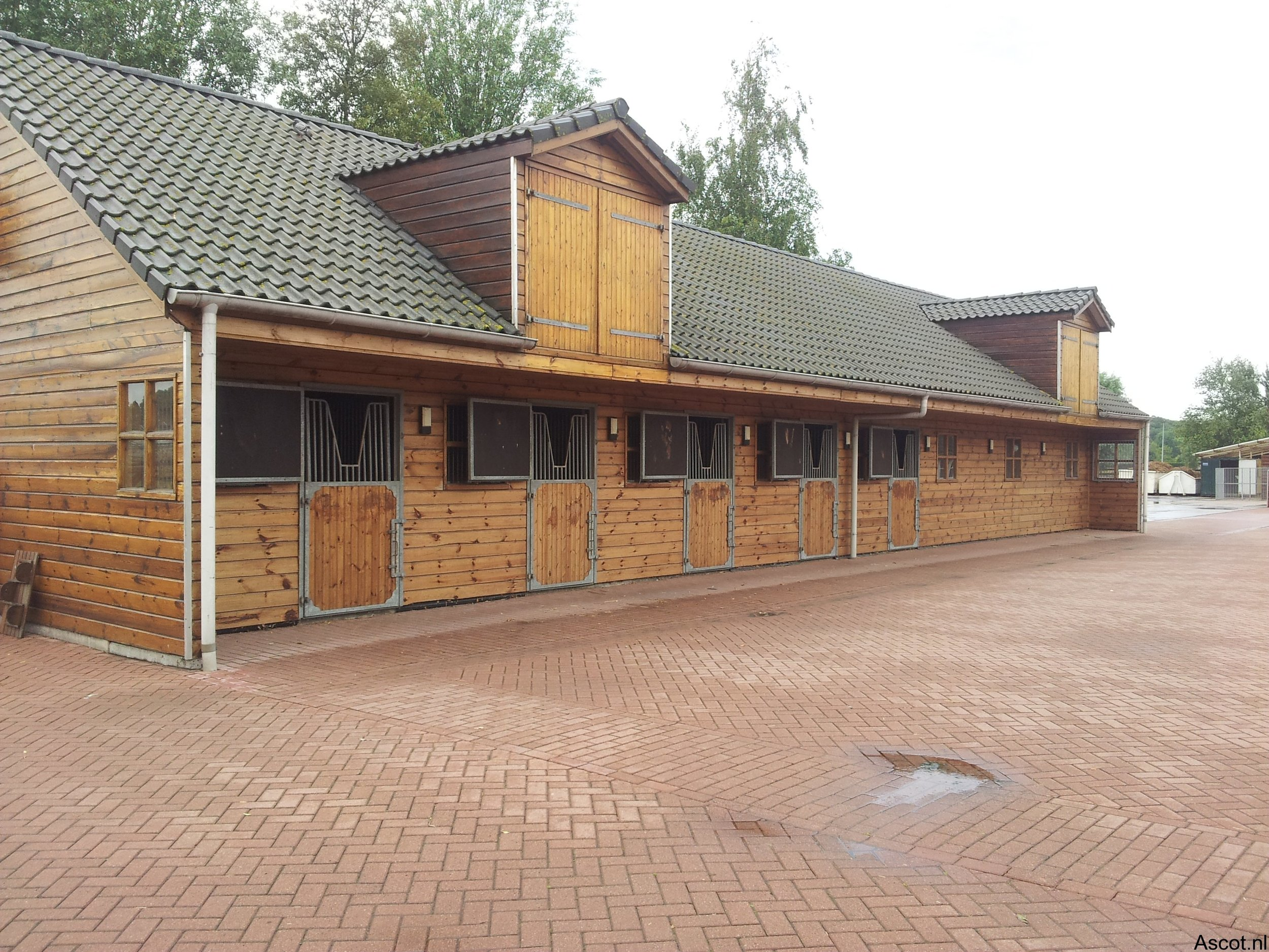 Paardenstal inclusief 2 dakkapellen incl. luiken