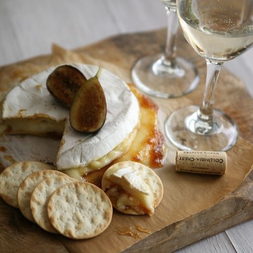 Baked Brie with Figs paired with Muscato or something creamy with nice acidity to cut through the Brie. Talijancich Verdelho will work perfectly (check out our UK online shop)👍🏻🍴🍷#lunch #lunchtime #lunchbreak #wineforlunch #winepairing #australianwine #londonwineshop #cheeseandwine #whitewine #biodynamicwine #verdelho