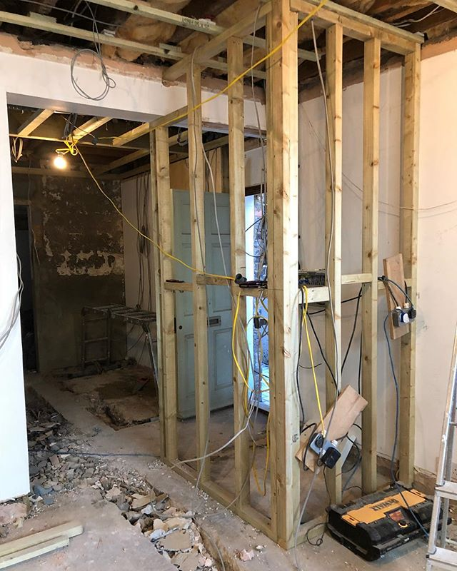 Progress 🔨🔩🔧👷🏼‍♀️👷🏼‍♂️ • • • #progress #progression #construction #belsizepark #london #hampstead #primrosehill #interior #design #hardatwork #beforeandafter #interdesign #instainteriors #layout #positioning #site #team #instastyle #love #designer #work #workout