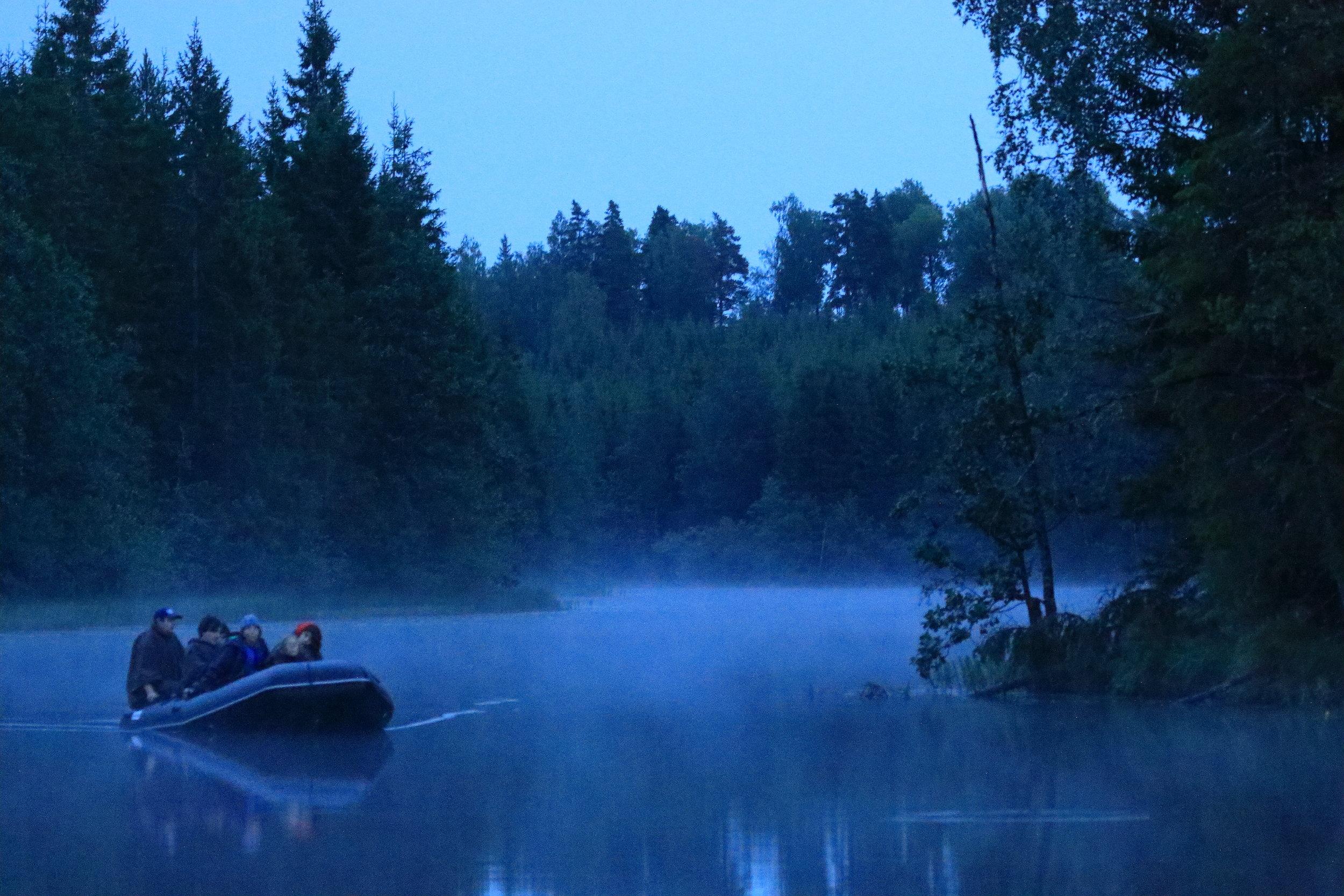 Bäversafarin är vår lugnaste upplevelse. Vi använder gummibåtar med elmotor som är helt tyst. Vi glider runt på stilla sjöar och åar där, och vi ser alltid bävrar. Foto: Jan Nordström
