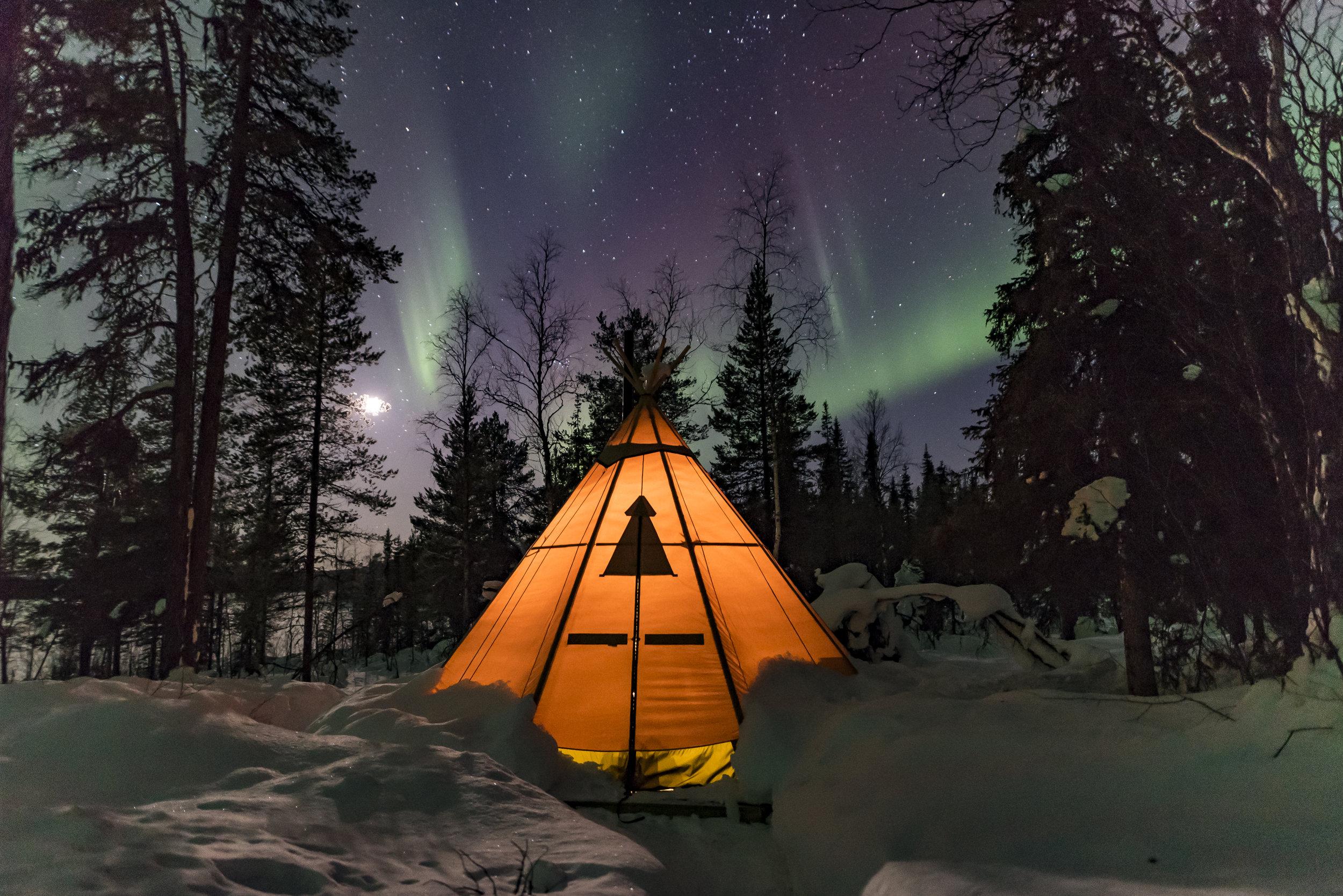 Ett av tälten som vi sover i på våra turer. Lennart i Unna Tjerusj samby har fem uppvärmda tält vid Lulevattnets strand. En fantastiskt plats att se norrsken och samtidigt lära sig mer om den samiska kulturen.