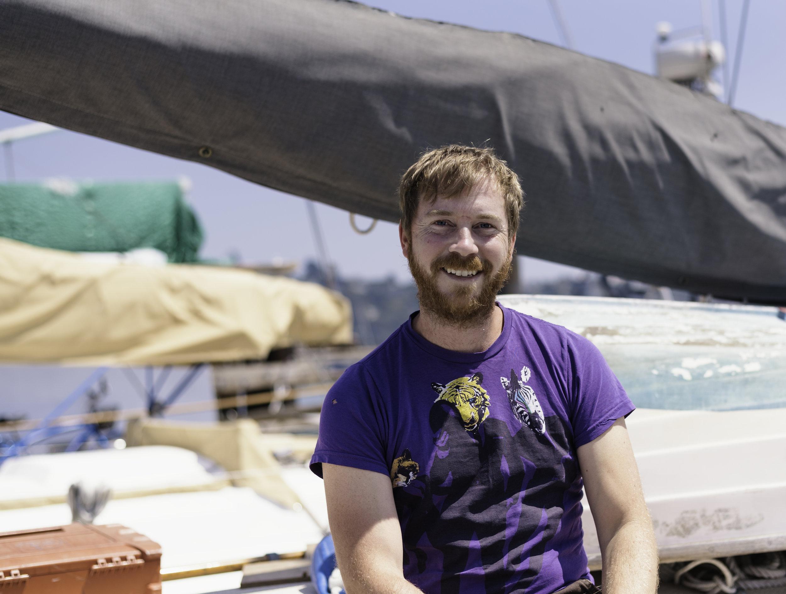 """Jeff Stanton - """"I restored my boat from the ground up. It took me 10 years.""""Jeff a quitté la côte Est il y a 10 ans avec une idée en tête : reconstruire un bateau de A à Z. En arrivant à Sausalito, il veut se donner les moyens de réussir. Il décide de ne pas prendre d'appartement (il fait du Couchsurfing au besoin) afin de se concentrer à 100% sur son projet. Il prend des cours d'architecture navale à Sausalito et se fait aider par la communauté. Aujourd'hui, Jeff a fini tout le travail de structure du bateau. Il lui reste à mettre en place le gréement et pense être prêt à naviguer l'année prochaine. Il fera une première étape à San Diego et réfléchit à un long périple pour ramener le bateau sur la côte Est en passant par le canal de Panama et le Golfe du Mexique."""