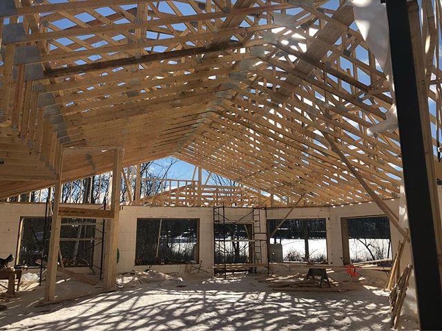 Moving along with trusses today at @andyshousemuskoka! #andyshouse #andyshousemuskoka #muskokaconstruction #futurehospice #palliativcare #hospicemuskoka #constructionprogress
