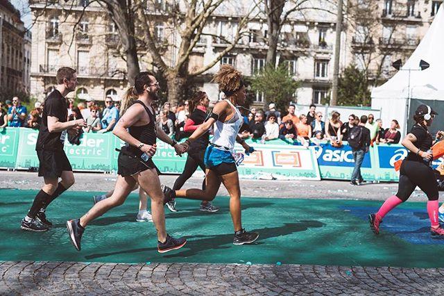 42,195 km LATER 💥 . . .5h27. 47 sec for my first marathon w / @dimi_2_fois so so so happy for this experience 🔥🙌🏾 . . 📸 @_albin_  @smsb_paris members were just priceless 🔥 . #runningwithbae #marathondeparis #wedidit #werunthetown #paris #loveeatsmile #schneiderelectric #asics #gelnimbus20 #smsb #29k #marathonrunner #marathonian #runnersofinstagram #running #run #instagood #happy